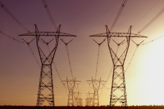 AEMO is warning of 'multiple' risks to transmission lines as bushfires worsen.